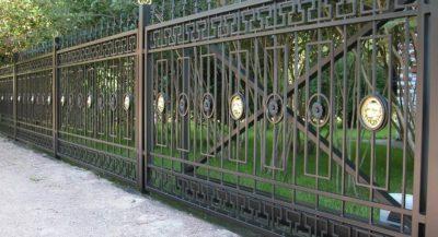 Ограды из металла: их виды, преимущества и недостатки