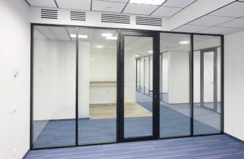 Изготовление стеклянных дверей и перегородок